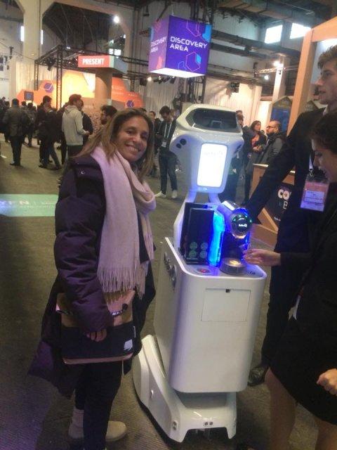 Robot que sirve café a los participantes de manera autónoma.